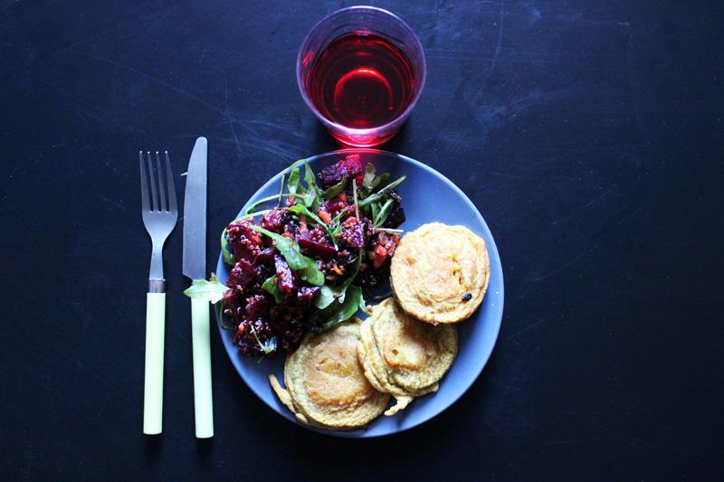 Beignets d'aubergines au curry et salade de quinoa