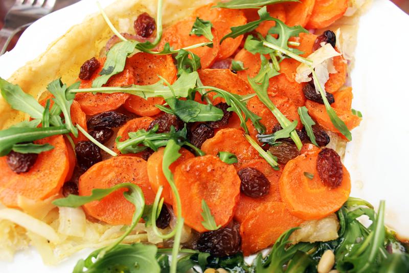 Tarte à la carotte, cumin, roquette et raisins secs
