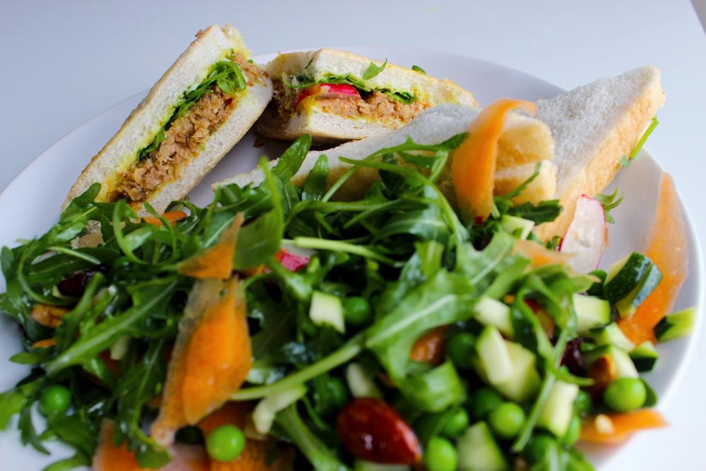 Repas de pique-nique : Sandwichs saucisses-curry et salade de petits-pois