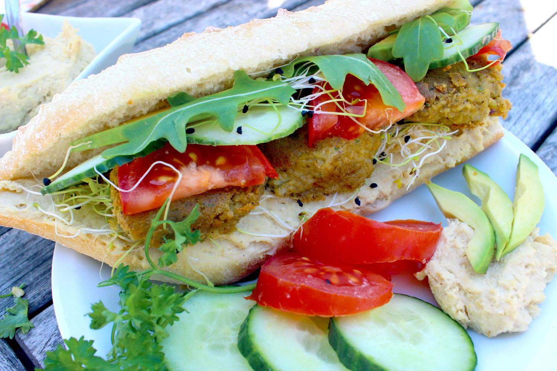 Sandwich frais aux crudités, hummus et falafels