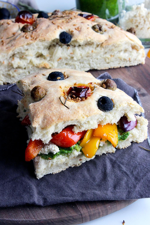 Focaccia sandwich aux légumes rôtis, à la ricotta végétale et au pesto d'épinards