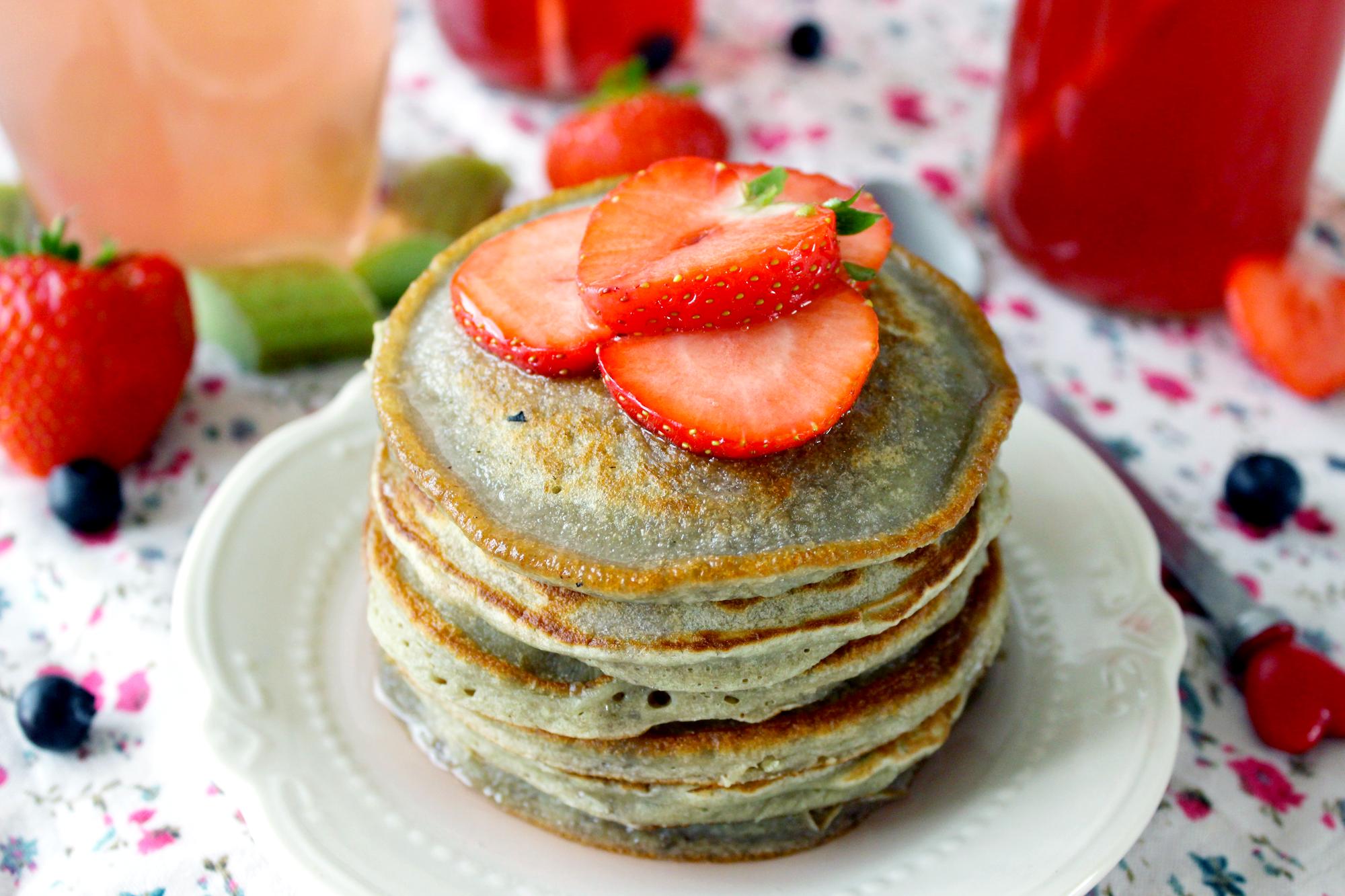 Pancakes au Sirop de Rhubarbe & Fraises Fraiches