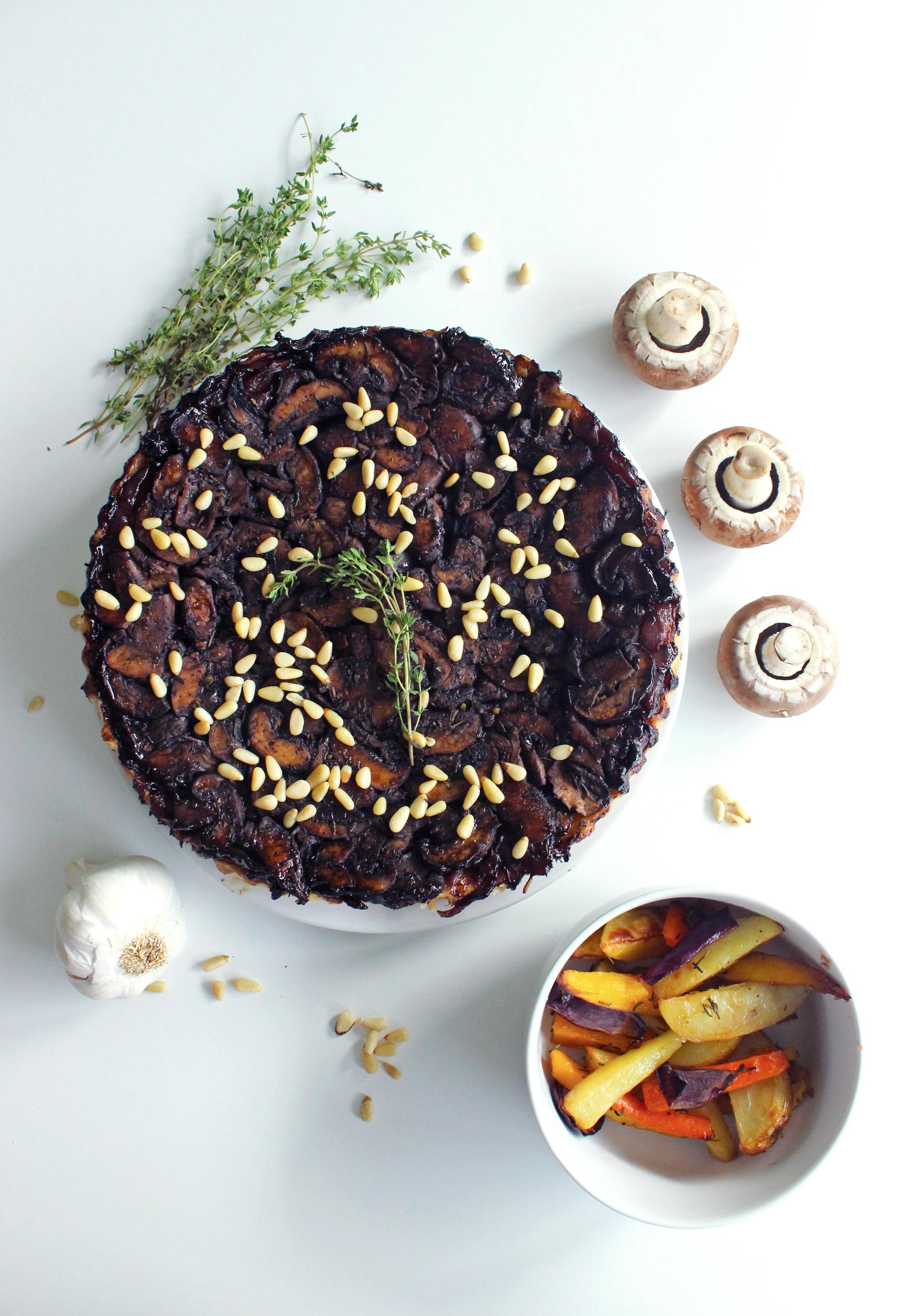 Tarte Tatin de champignons bruns, d'oignons rouges caramélisés & de pignons de pin