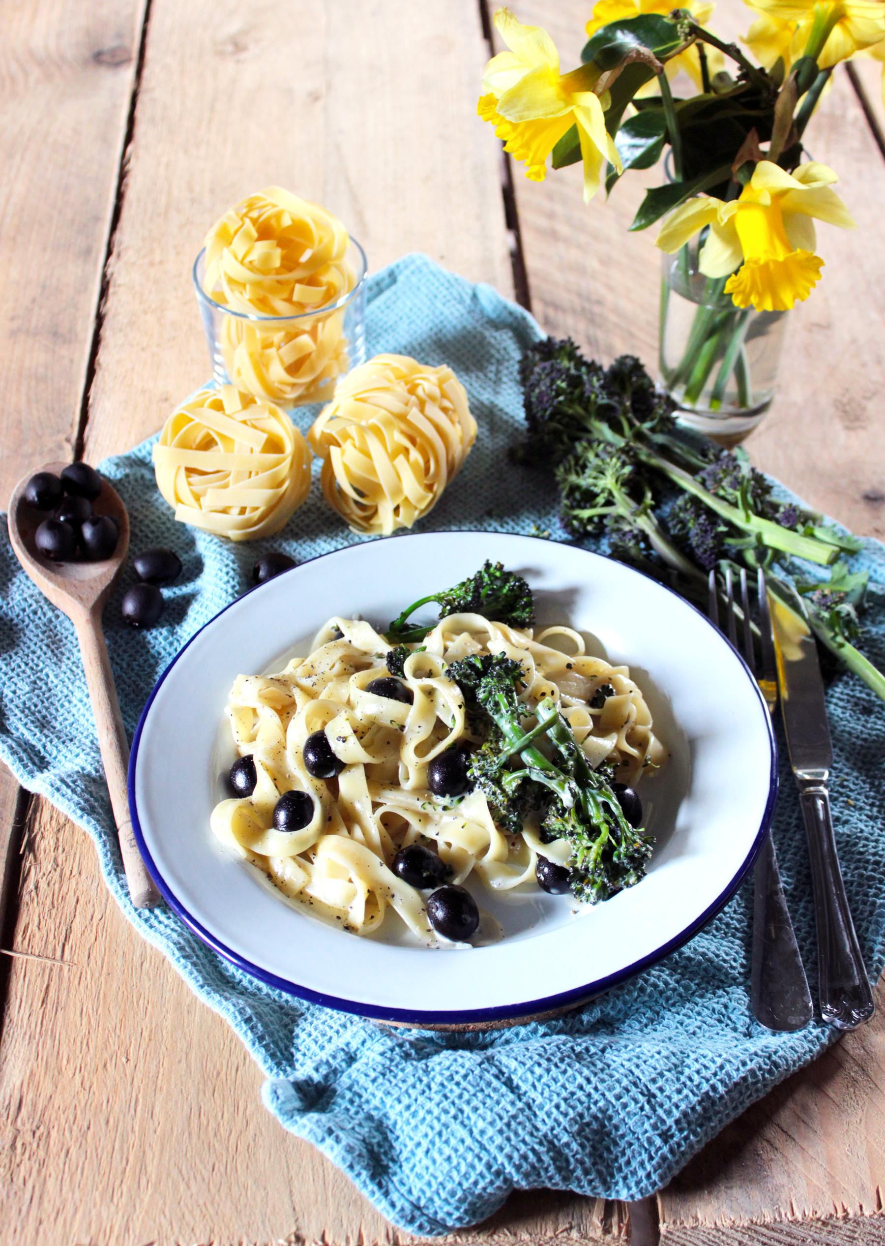 Tagliatelles à la crème, aux brocolis violets et aux olives noires (vegan)