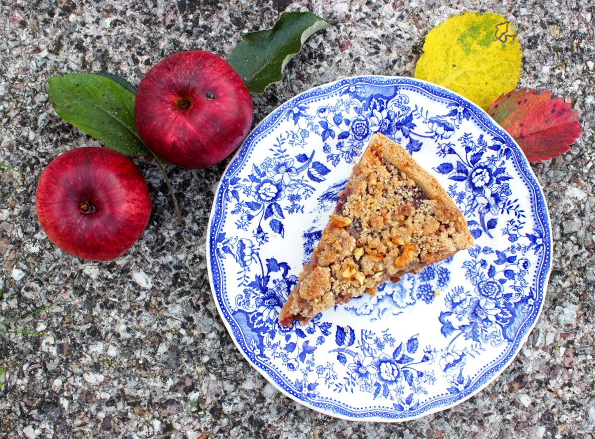 Tarte crumble aux pommes, coings, raisins secs, épices et cranberries