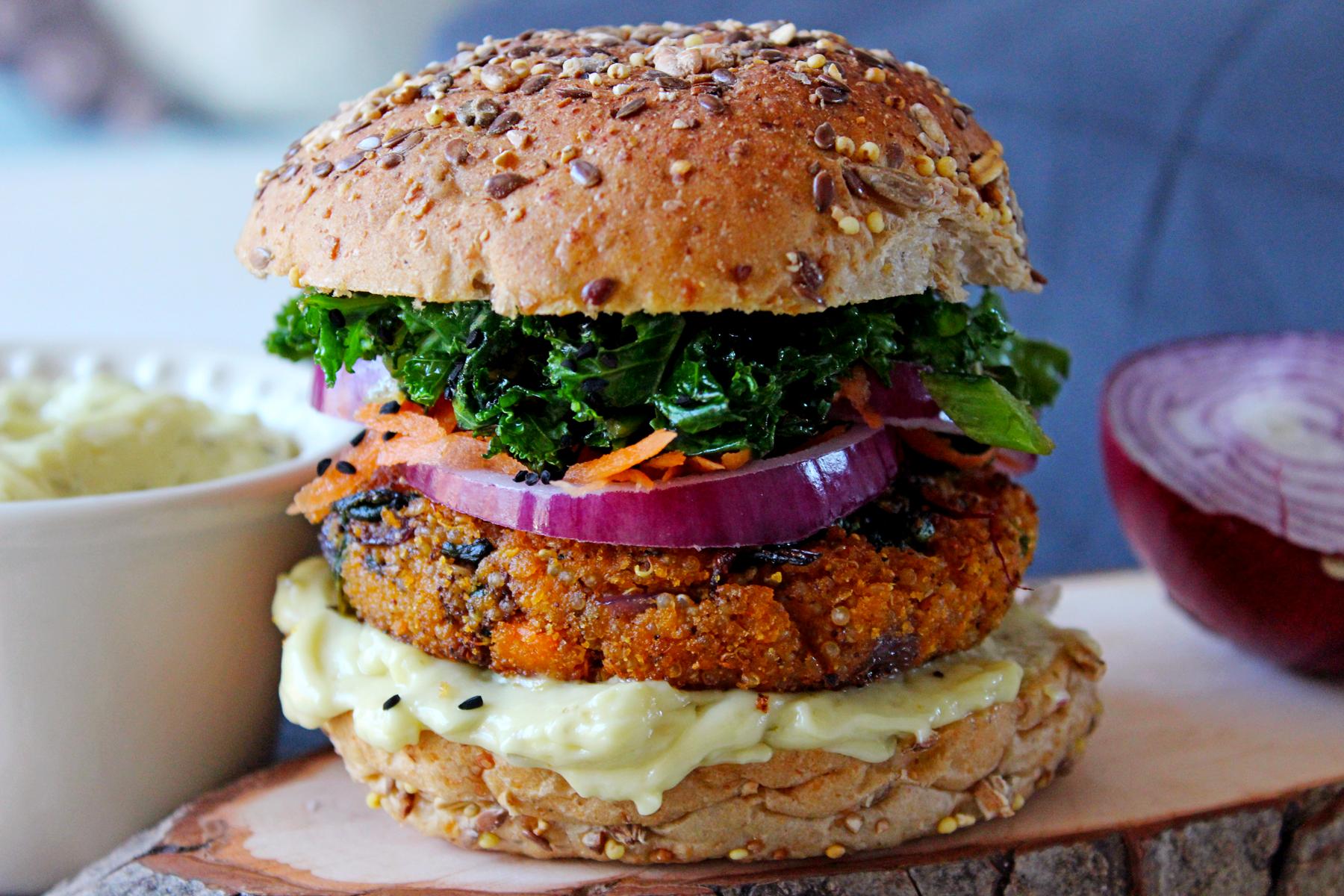Burger de patate douce, épinards et quinoa, kale sauté à l'ail et carotte
