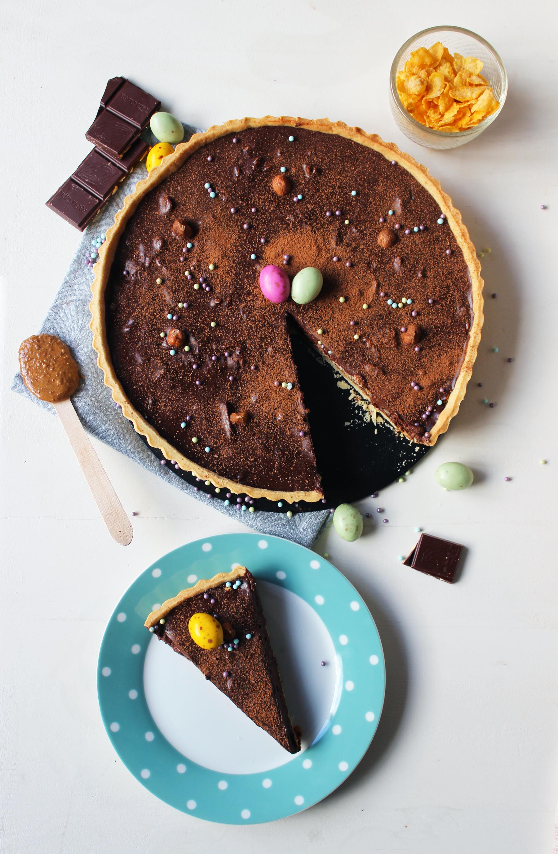 Tarte au chocolat croustillante aux pétales de maïs et pâte de praliné