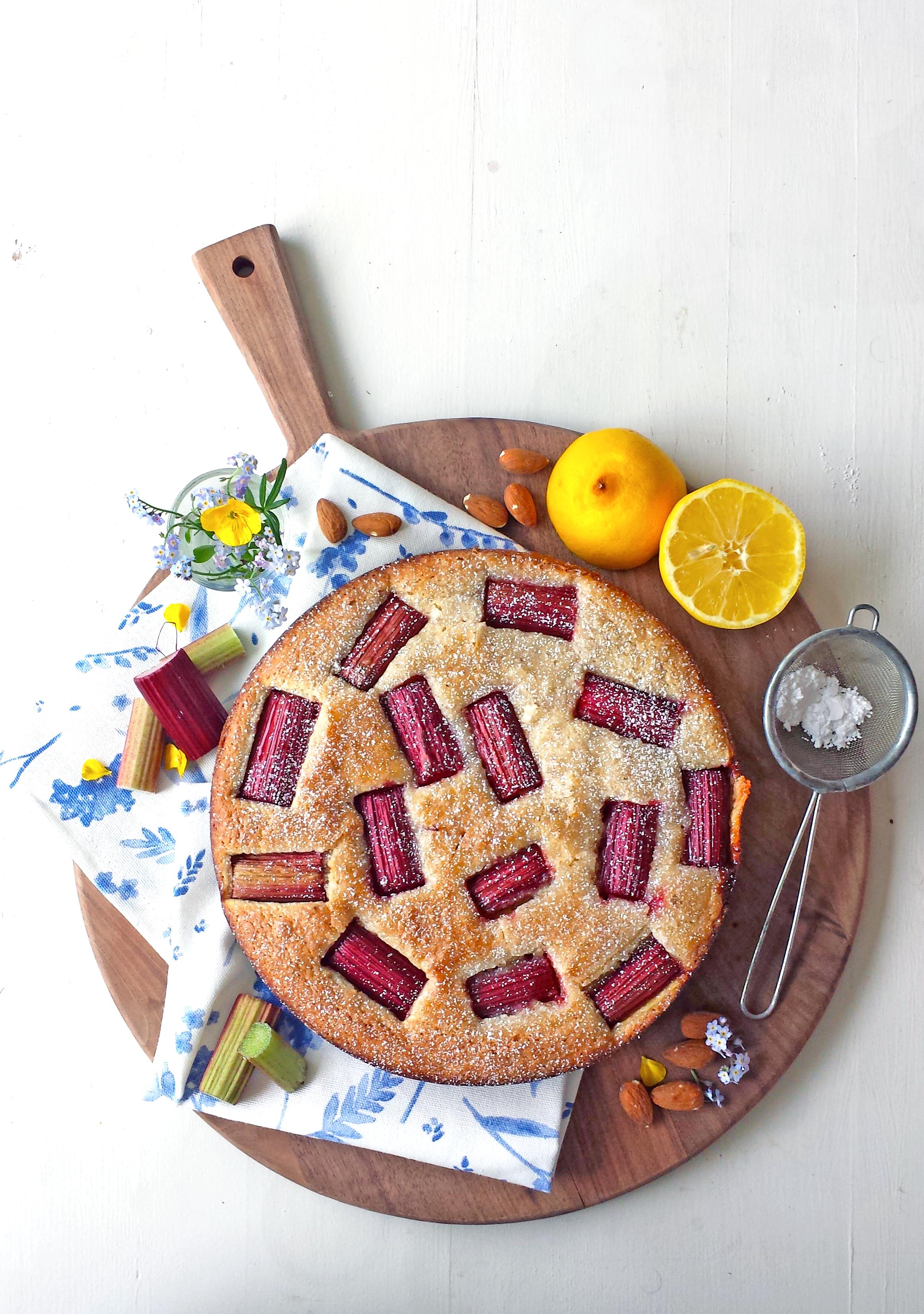 Gâteau moelleux à la rhubarbe, au citron et  aux amandes