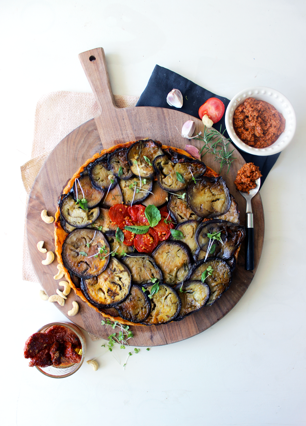 Tarte tatin d'aubergines au pesto de tomates séchées
