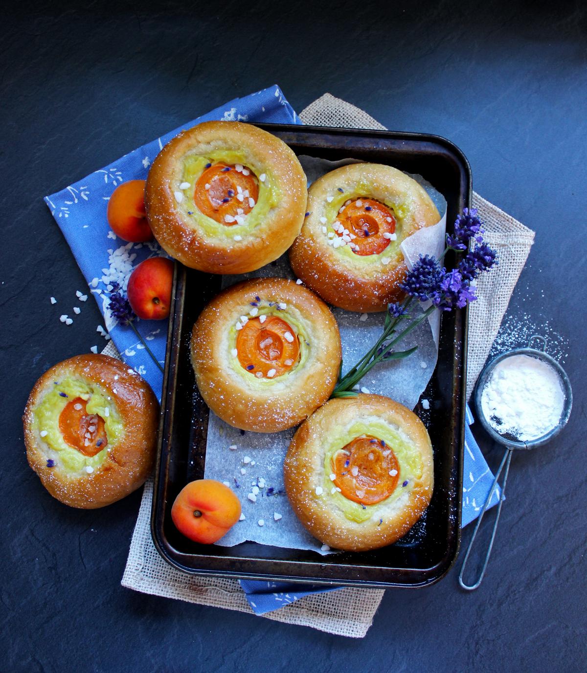 Petites brioches à la crème de lavande et aux abricots