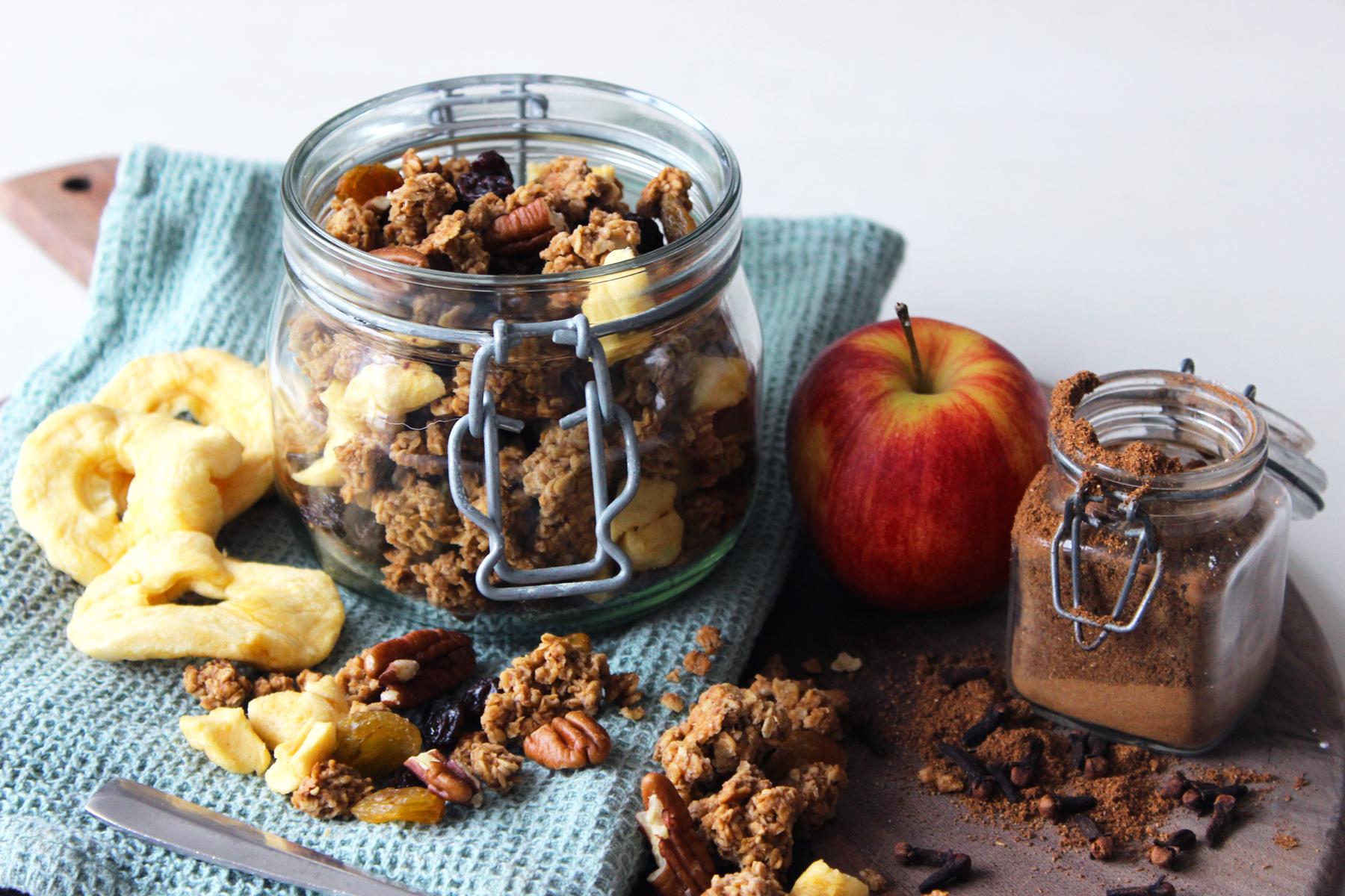 Granola aux pommes, cannelle, raisins et noix de pécan
